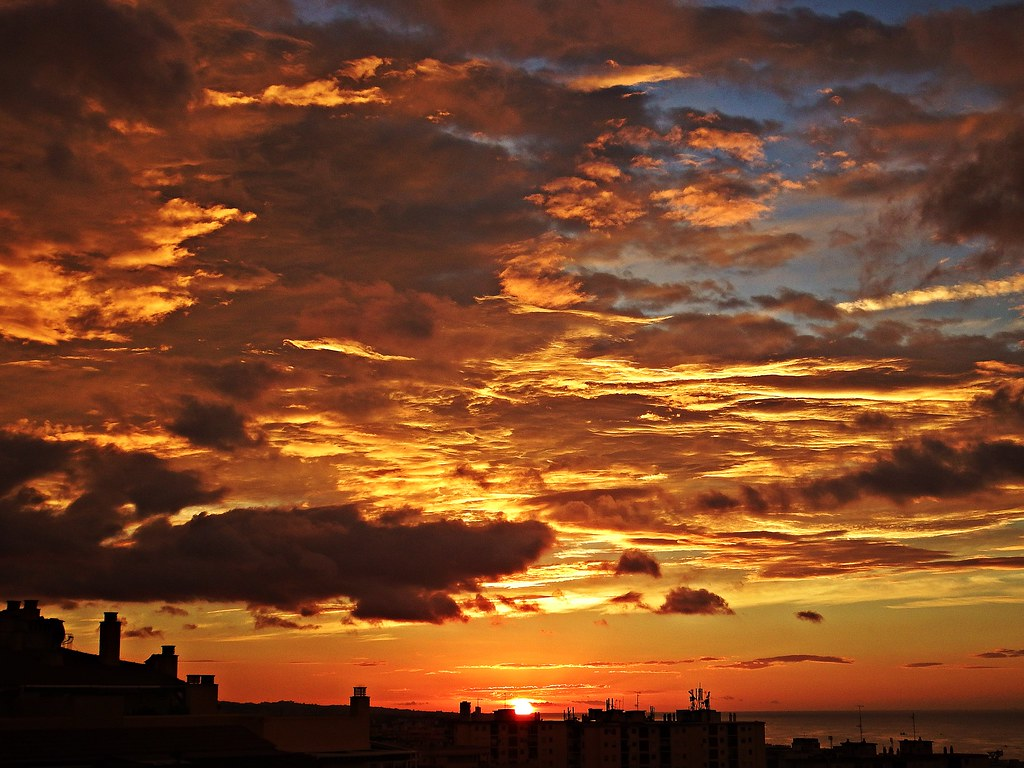 El cielo al amanecer comienza en d a con nubes en la for La camera del cielo