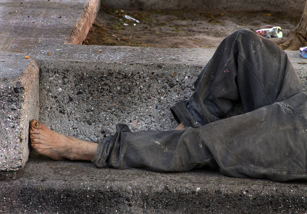 "無家可歸的人民。(影像來源:<a href=""https://commons.wikimedia.org/wiki/File:Homeless_on_bench.jpg"">Wikimedia Commons</a>)"