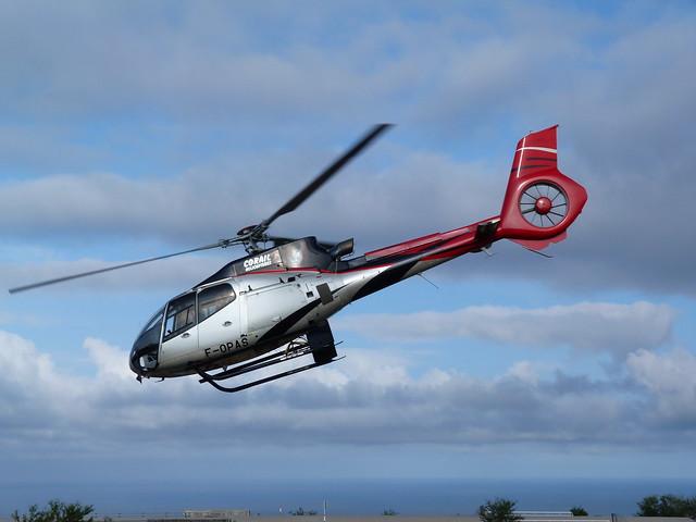 Helicóptero de Corail emprendiendo el vuelo en Isla Reunión