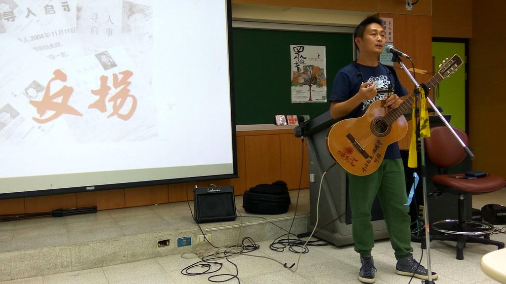 孫恆說明新工人藝術團的歷史與宗旨,並現場進行演唱。(攝影:高若想)