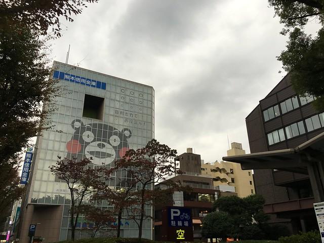 整個熊本城到處都是熊本熊(熊本信用金庫外牆)