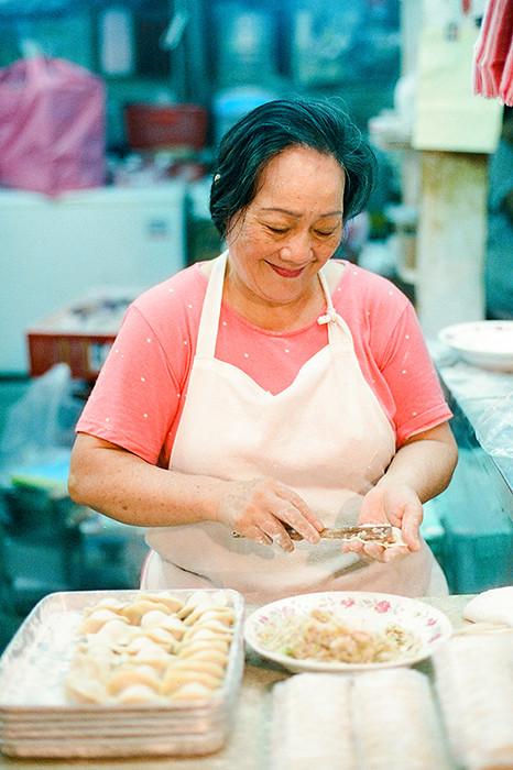 © 2016. Fresh-made dumplings in 台北市公有成功市場 in Da'an District. Tuesday, Sept. 6, 2016. CineStill 800T +2, Canon EOS A2.