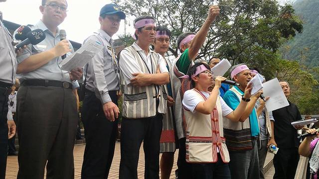 Ciwang,圖中拿麥克風者。圖片來源:小米穗原住民文化基金會。