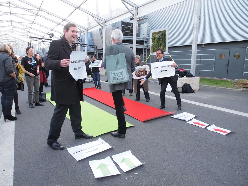 國際氣後行動網絡今日在會場內擺出行動藝術,邀請路人決定要走2度C以下的綠色永續到路,還是3度C的現行路徑。
