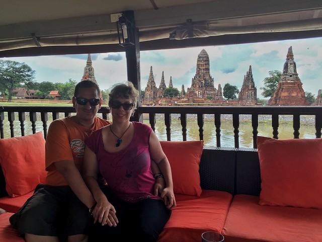 Sele y Rebeca en el barco Thanatharee de crucero por Ayutthaya (Tailandia)