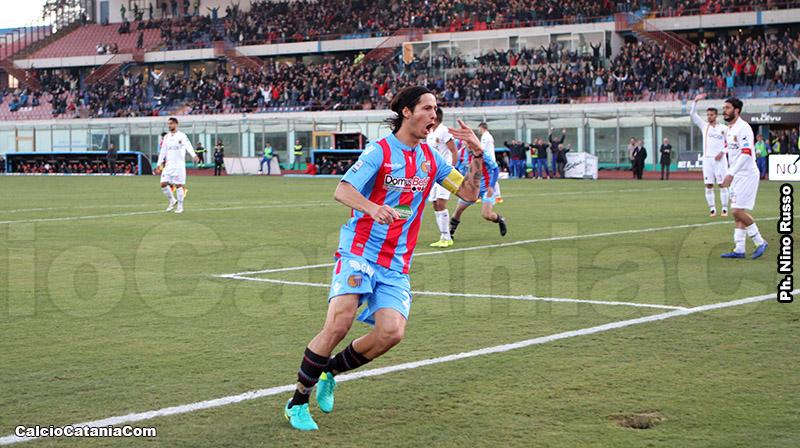 Capitan Marco Biagianti esulta dopo il gol al Catanzaro