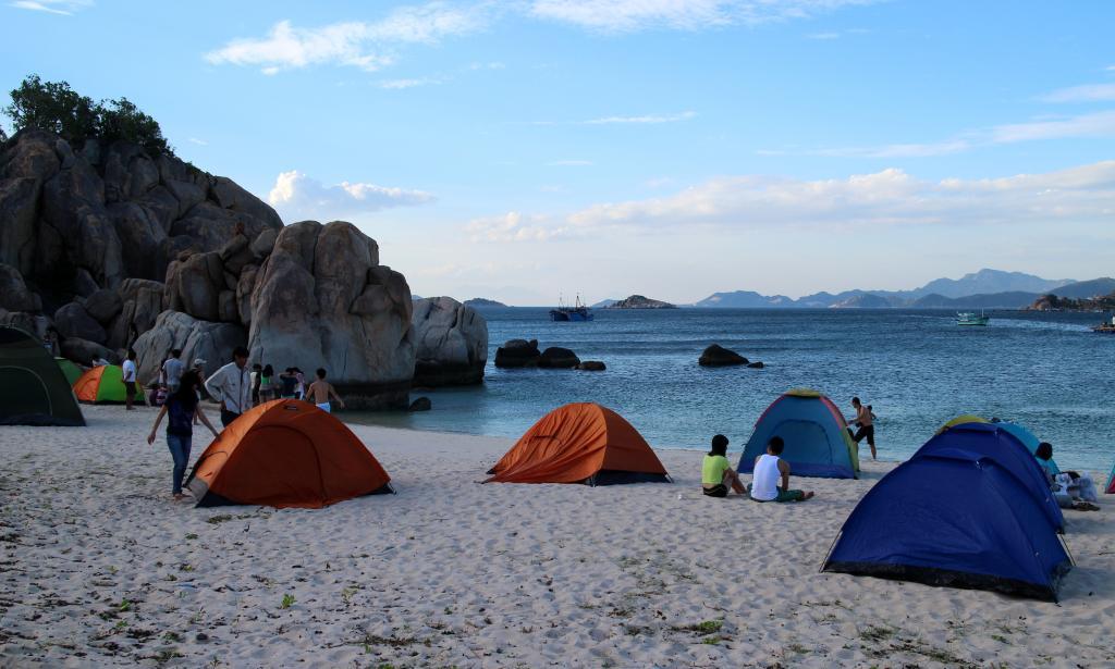 Cắm trại và ngủ trên bãi biển là một trải nghiệm rất tuyệt vời ở Bình Hưng. Ảnh: dzswba.com