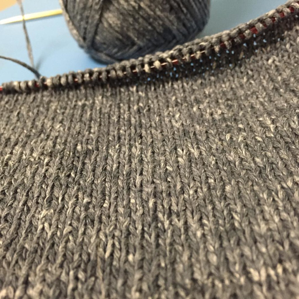 swatching a new-to-me yarn, isager palet. a tape structure yarn in the most beautiful, grey palette
