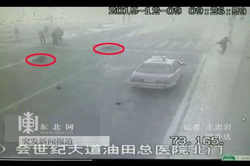 Heilongjiang Daqing retrograde two kilometers of a car police officer and injured two bystanders after escaping