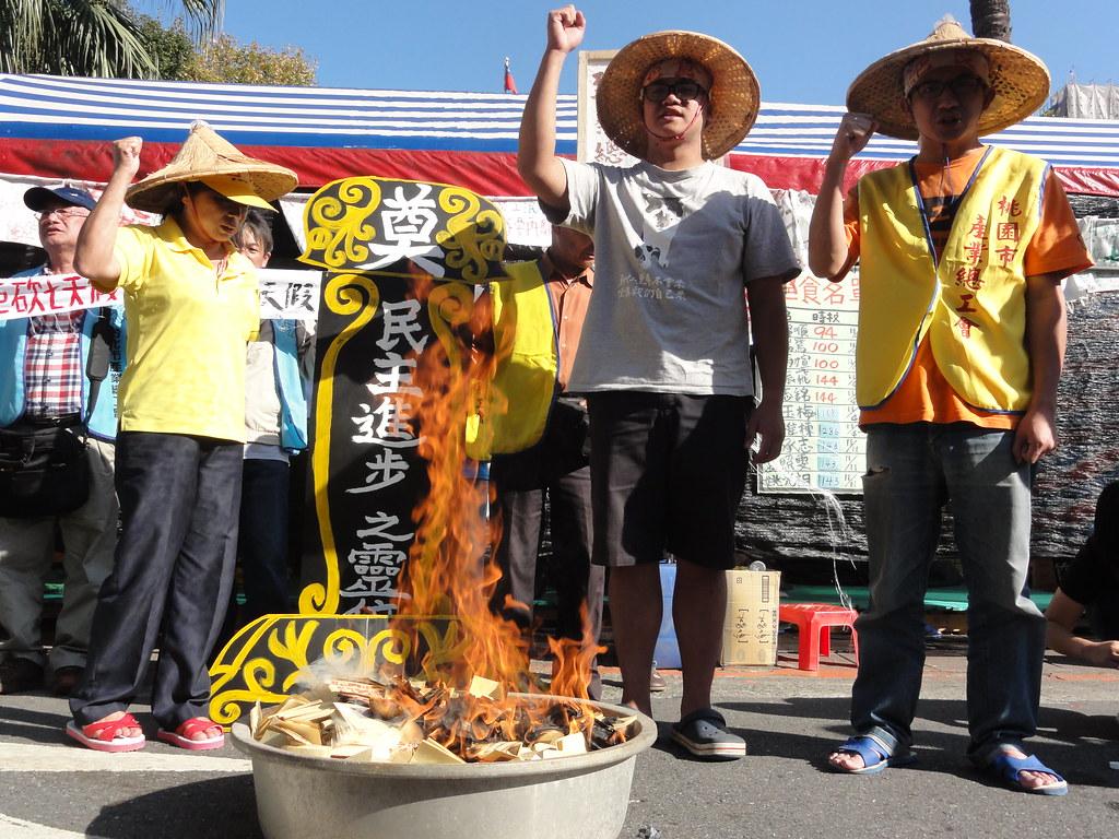 下午勞團和絕食工人在立院外抗議柯建銘放話要在今天將砍假案送出委員會,焚燒「民主進步之靈位」,高呼「民主已死」。(攝影:張智琦)
