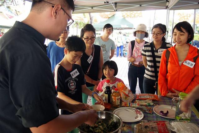 食育廚房主廚用在地當記食材教民眾烹調。攝影:李育琴。