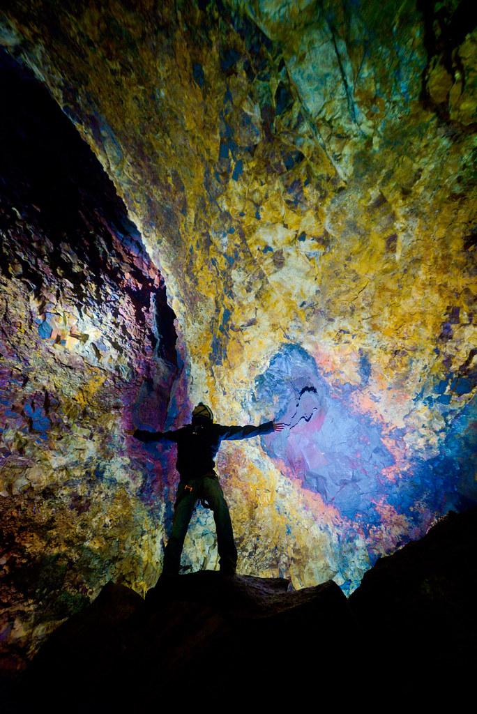 Interior del volcán Thrihnukagigur rodeado de una bóveda llena de colores