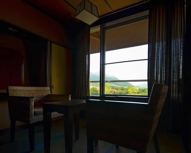 Salon de la habitación del Ryokan con vistas a las montañas de Hakone