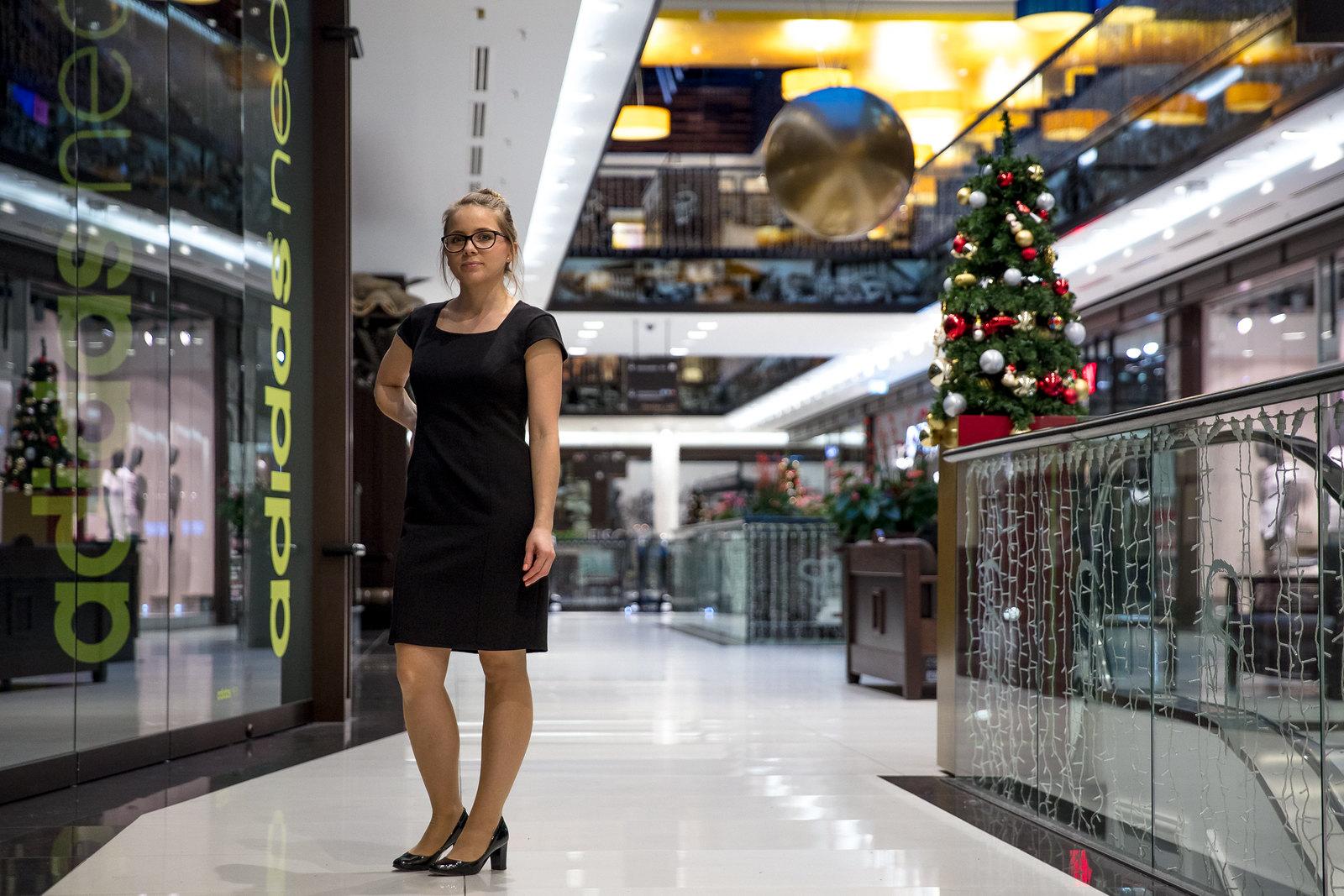 Czarna sukienka ze złotym zamkiem