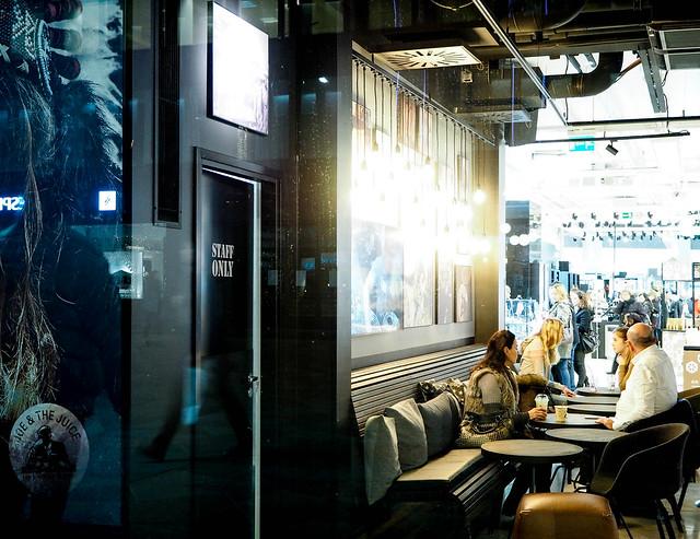 joe and the juice, kahvila baari, cafe bar, helsinki, suomi, finland, stocka, stockmann, ravintola, restaurant, helsinki tips, visit helsinki, center, keskusta, kaupunki, city, breads, leivät, juomat, drinks, juice, mehu, smoothie, fresh, tuore, waiters, tarjoilija, morning, lunch, coffee, afternoon, hand shakes, hand meals, list, lista, menu, mukit, joe the juice mug muki,