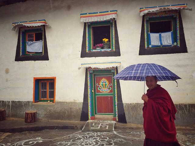 Monje tibetano con paraguas en Dongzhulin (Yunnan)