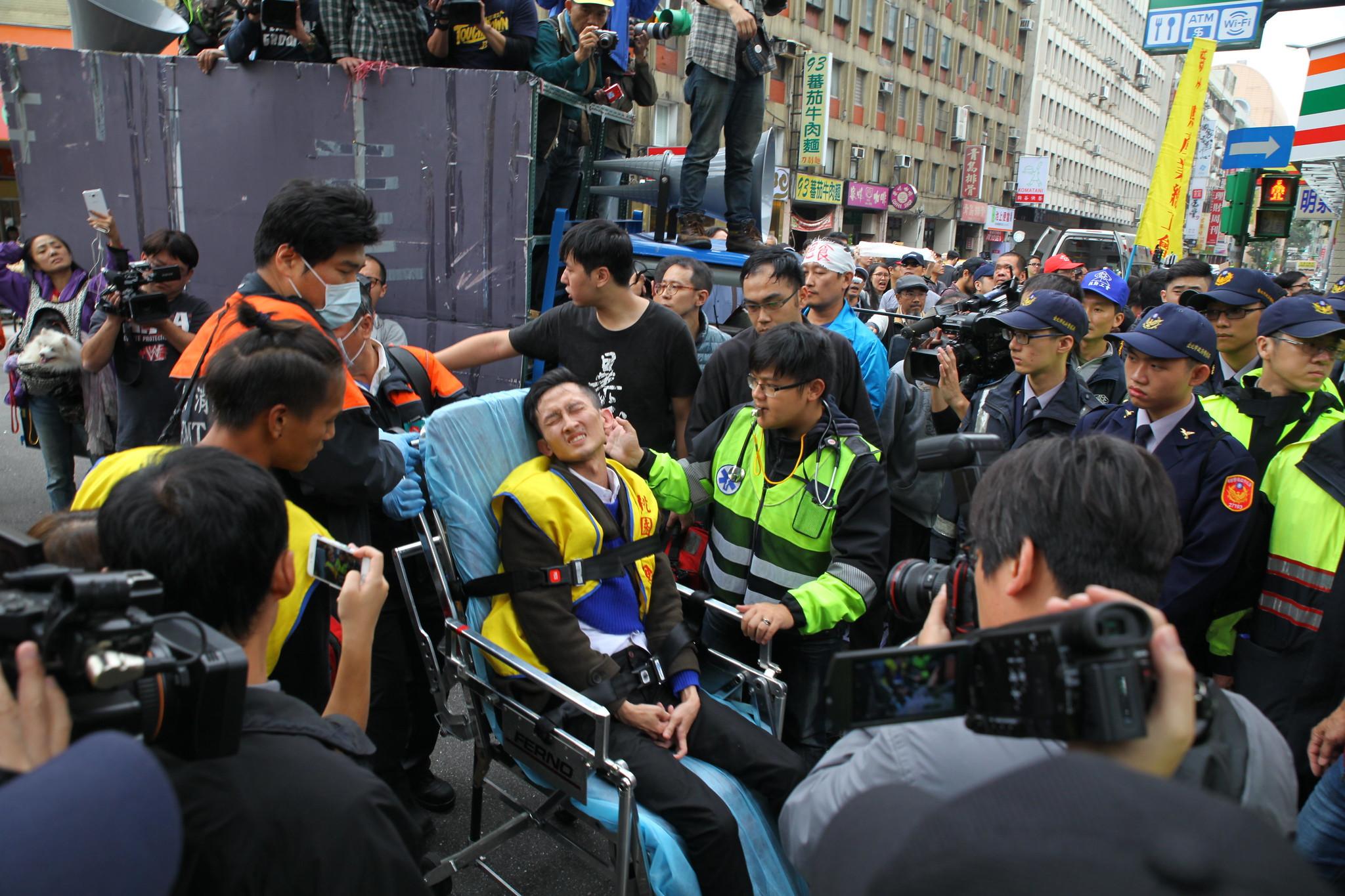 推擠衝突後民眾受傷。(攝影:陳逸婷)