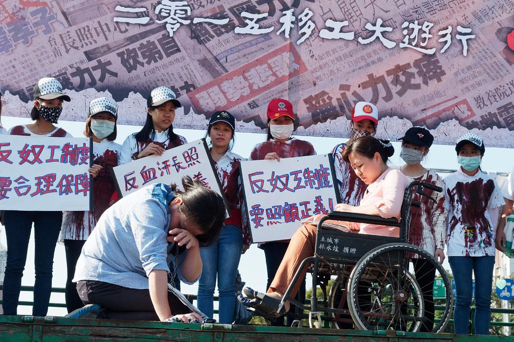 越南移工演出行動劇的忘情投入,連身後同鄉都看傻了眼。(攝影:林佳禾)