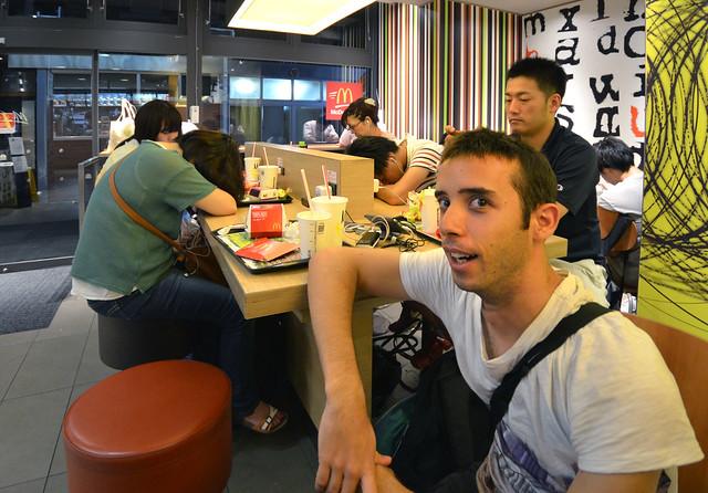 Japoneses dormidos en el McDonalds de Tokio donde experimenté con mi primer váter japonés