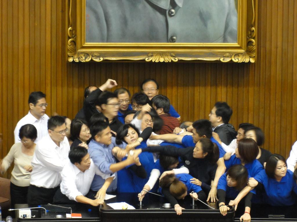 蓝绿立委抢占主席台上演全武行。(摄影:张智琦)