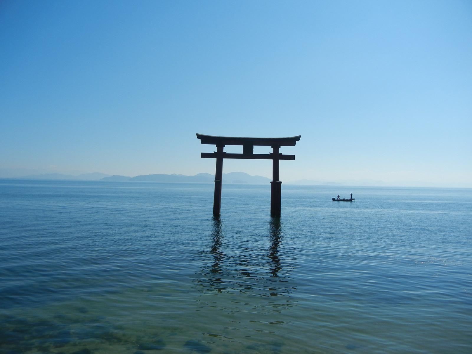 白鬚神社の湖中の鳥居