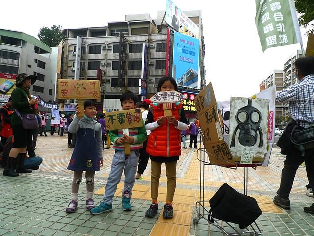 照片中的三位小朋友從還坐在娃娃車上一路到現在自己走完全程,這幾年南台灣的大小遊行無役不與。他們舉著自製標語,一邊說「今天空氣真不好」!為了自己的將來,小孩們都走出來了,你呢?