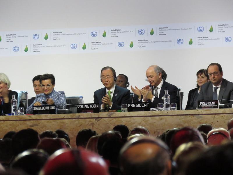 巴黎協議正式通過的歷史性時刻,左起為UNFCCC執秘Christiana Figueres、聯合國秘書長潘基文、法國外長Laurent Fabius、法國總統歐蘭德。攝影:潘紀揚。