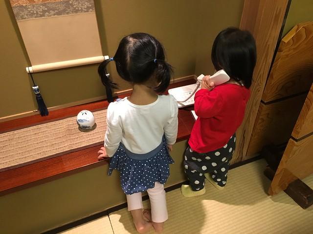兩個小孩很忙