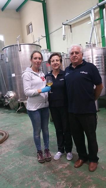 Isabel Montes, la enóloga, en la bodega junto con Monserrat y Andrés. Foto: AION.