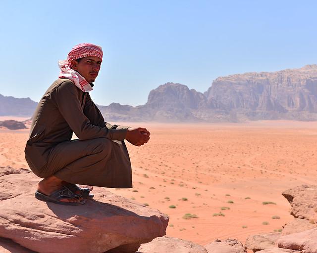 Nuestro guía cuando viajamos por el desierto de Wadi Rum en uno de sus miradores
