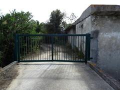 Au bout de la piste parallèle à la plage de l'étang Del Sale, l'entrée du pénitencier de Casabianda (fermée)