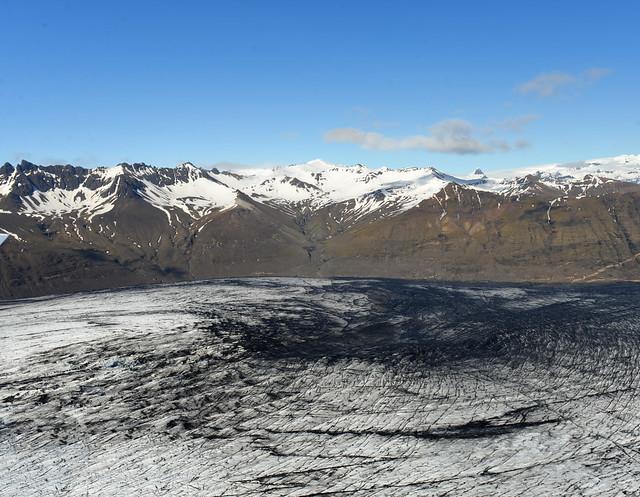 Glaciares con lava y ceniza desde el aire en Islandia