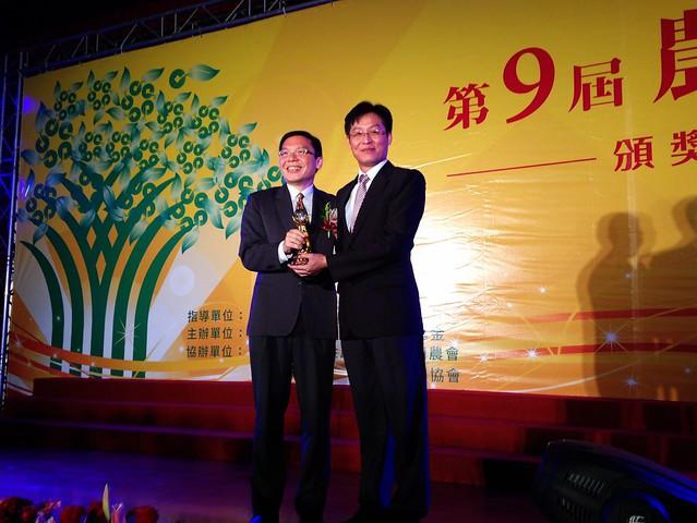 美濃農會榮獲第九屆農金獎「專案農貸績優獎」,總幹事鍾清輝(右)代表領獎。攝影:廖靜蕙