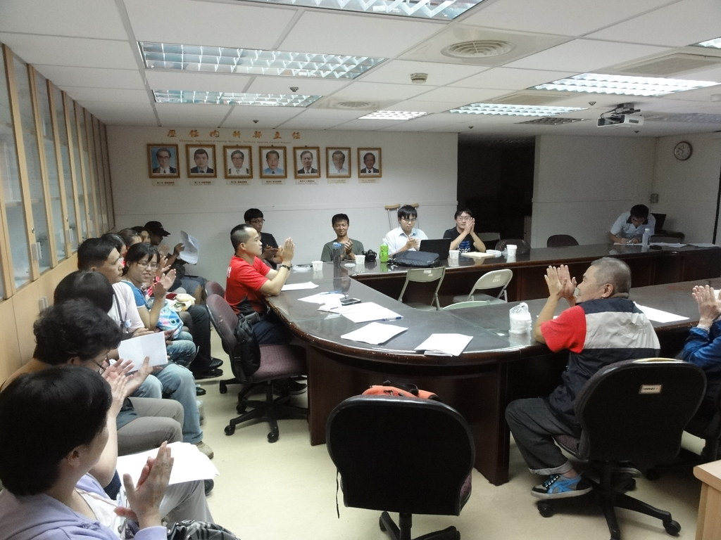 台中榮總派遣工宣布組成台灣勞動派遣產業工會,圖為會員鼓掌通過理監事。(攝影:張智琦)