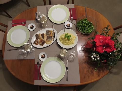 Auf der Haut gebratener Seehecht mit Kartoffel-Sellerie-Stampf und Feldsalat (Tischbild)