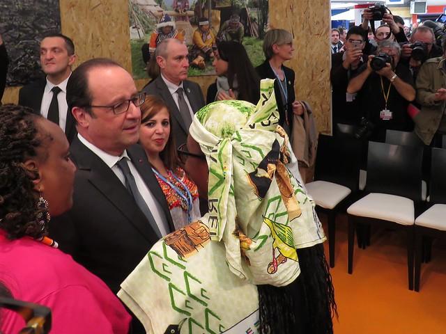 在COP21期間拜訪原住民館的法國總統歐蘭德,與其握手的女士為查德原住民代表。攝影:潘紀揚。