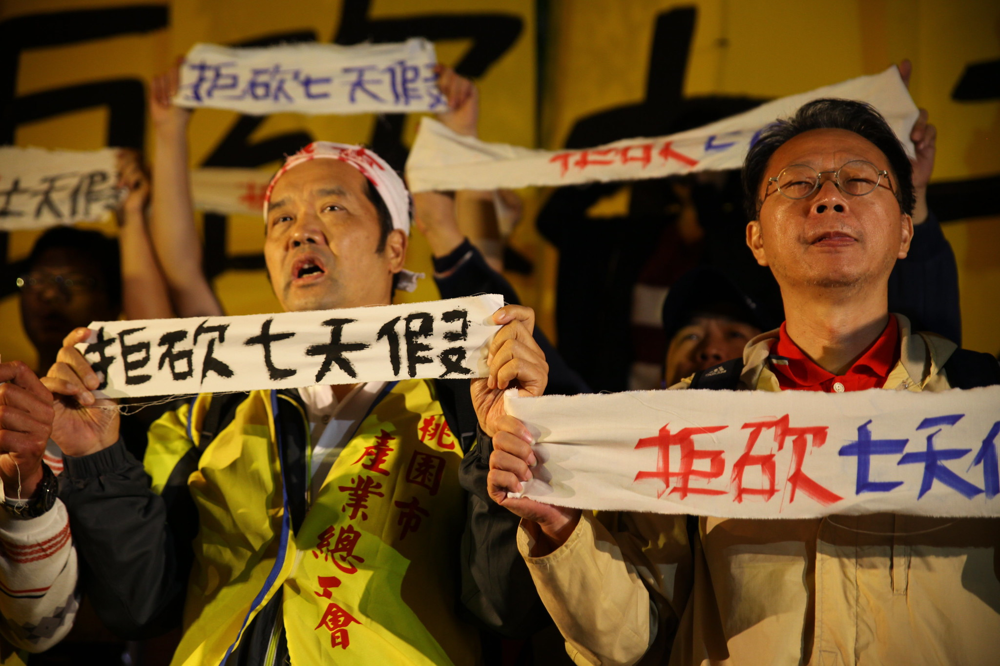 立院宣布休會後,勞團高喊口號強調下週會繼續動員抗爭反砍假。(攝影:陳逸婷)