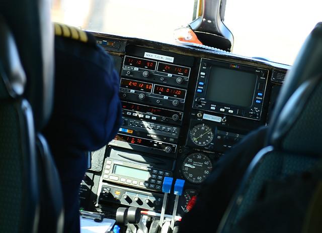 Interior de la avioneta con los paneles de mando configurados por el piloto