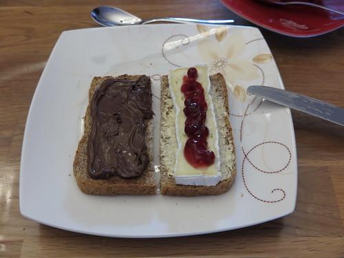 Nutella und Weichkäse mit Preiselbeeren auf Ur-Dinkel-Brot