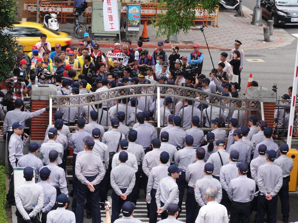 勞團在立院外抗議時,和警察有短暫推擠,兩邊對照人數懸殊。(攝影:張智琦)