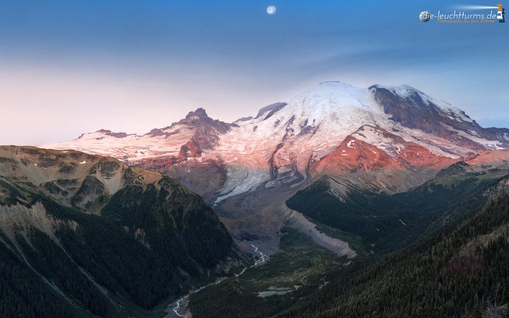 First sunrays on Emmons Glacier