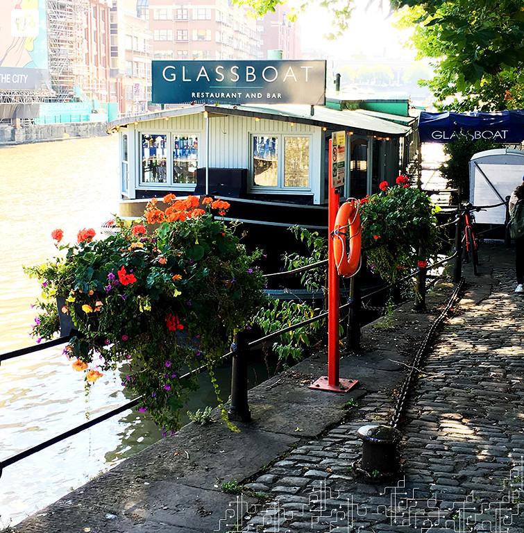 Foto de um restaurant à margem do rio