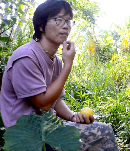 專攻生物學出身的青年農夫黃俊男,經營「以時」護地打造食物森林。(攝影:謝宗璋)