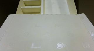 外帶的便當紙盒其實是PP塑膠與紙的複合材質