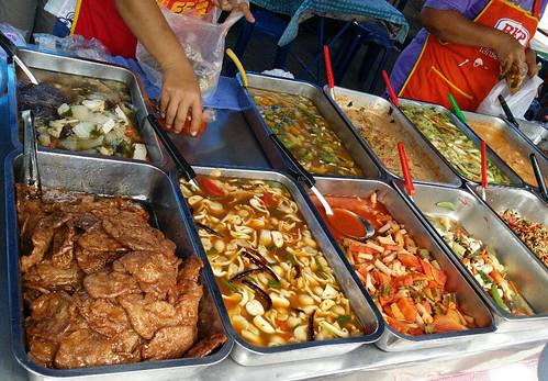 משמאל: תבשיל דמוי בשר ברוטב צלי