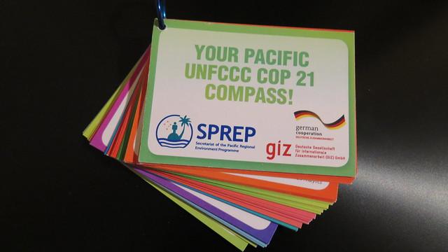 讓太平洋島嶼國家代表隨時可用的氣候正義論述口袋書。攝影:吳郁娟。