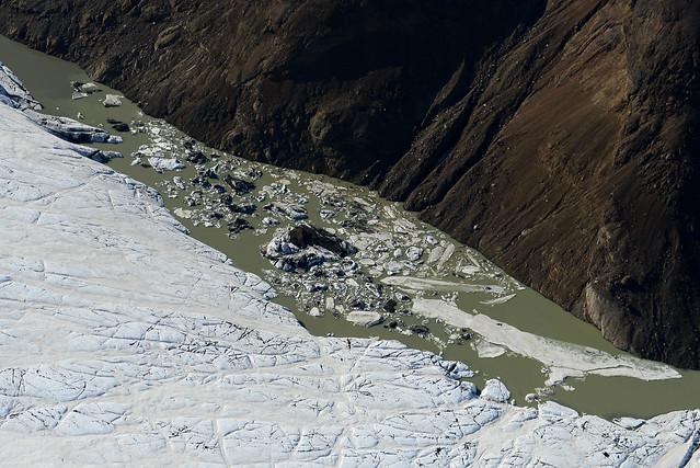 Gigantescos icebergs flotando en el agua vistos mientras volábamos en avioneta sobre ellos