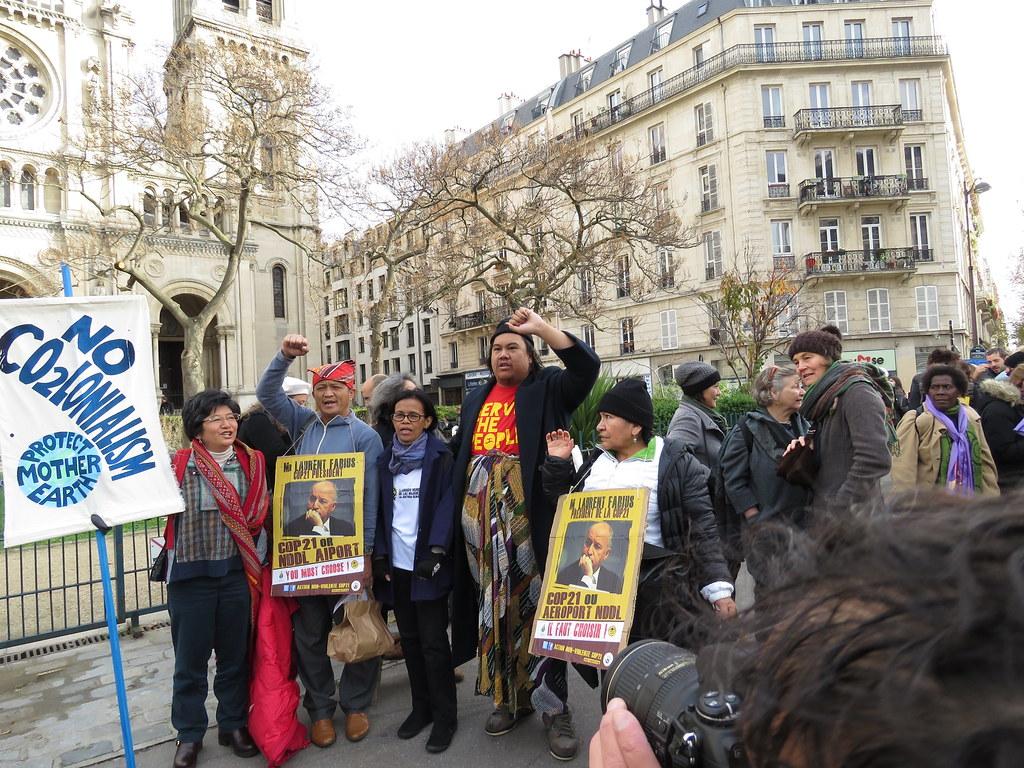 11月29日大會開幕前夕,部分民眾組成以人鍊行動取代恐攻發生前規劃的示威活動。攝影:潘紀揚。