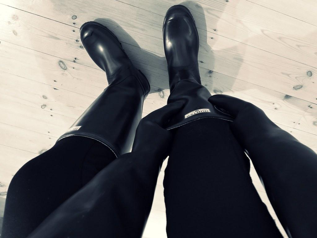 black boots black gloves black tights essex mud
