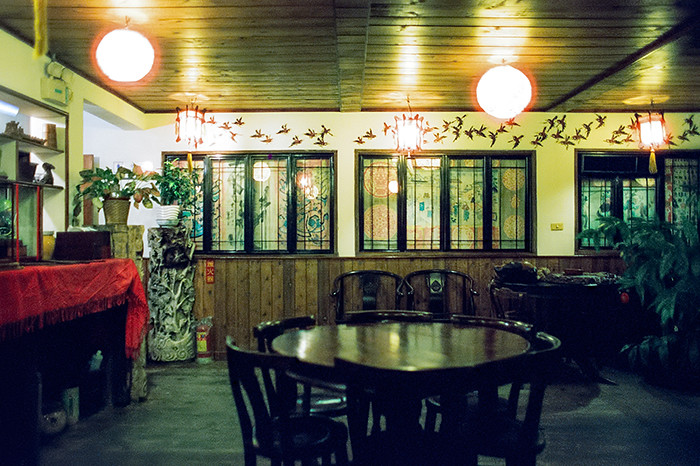 © 2016. Inside the upper tea room of Yu Zai Fan Shu Tea Stall (九份芋頭蕃薯) in Jiufen. Monday, Sept. 5, 2016. CineStill 800T +2, Canon EOS A2.